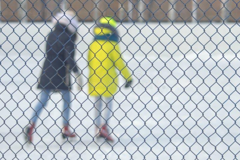 Девушки девушек катаются на коньках стоковые фото