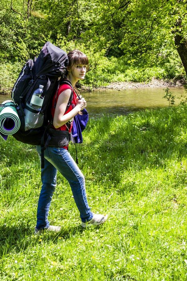 Девочка-подросток на походе стоковая фотография rf
