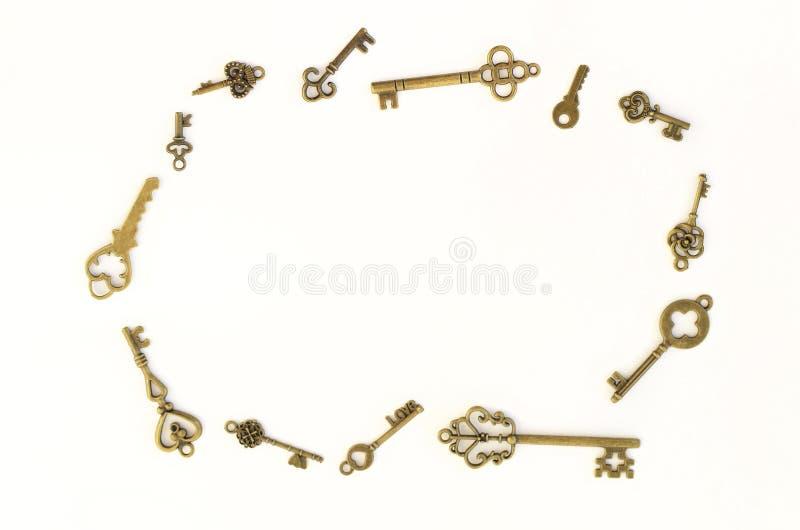 Декоративные ключи различных размеров, стилизованного антиквариата на белой предпосылке Аранжированный в круге стоковые изображения rf