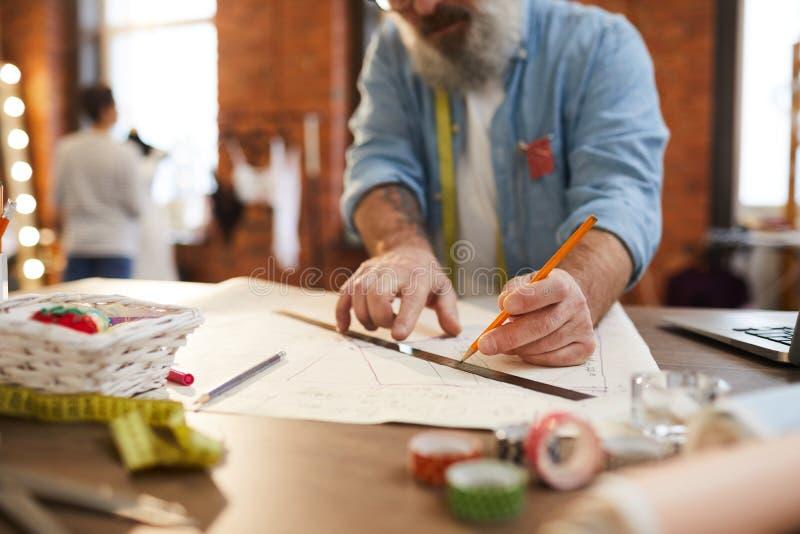 Делать эскиз к с карандашем стоковое изображение