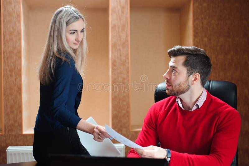 Деловой партнер сидя на таблице перед вычисляет стоковое изображение rf