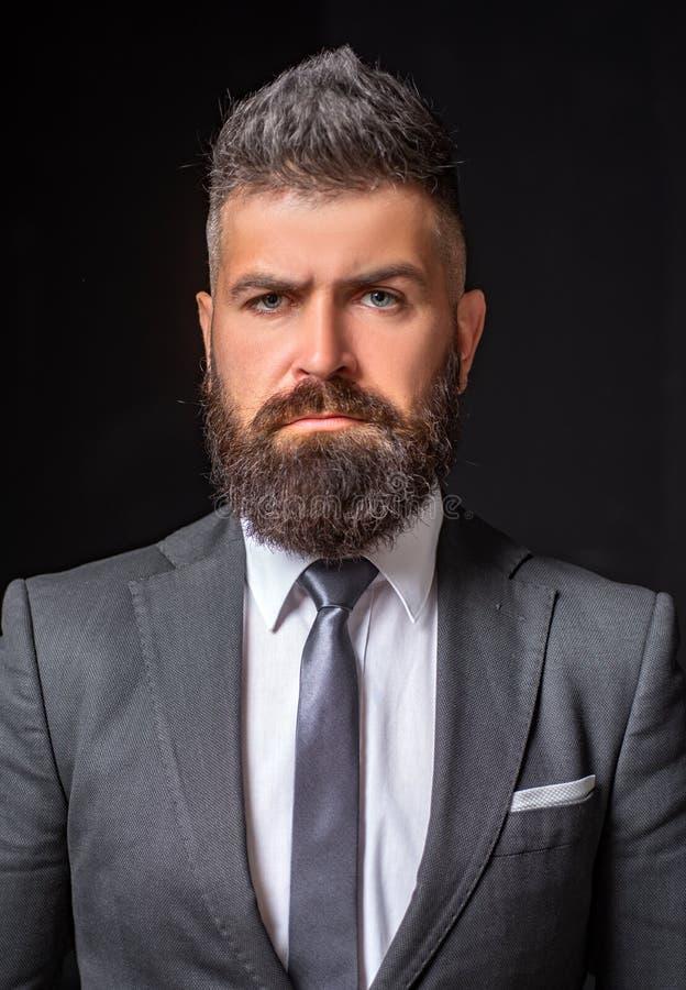 Дело уверенное Мода костюма бизнесмена Встреча костюма для дела Бизнесмен в темном сером костюме Человек в классике стоковое фото rf