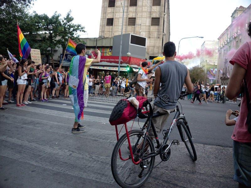 Демонстранты маршируют во время парада гей-парада в Cordoba стоковые изображения rf