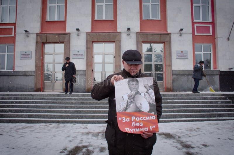 """Демонстрант стоит с плакатом """"Россией без Путин """" стоковые изображения"""