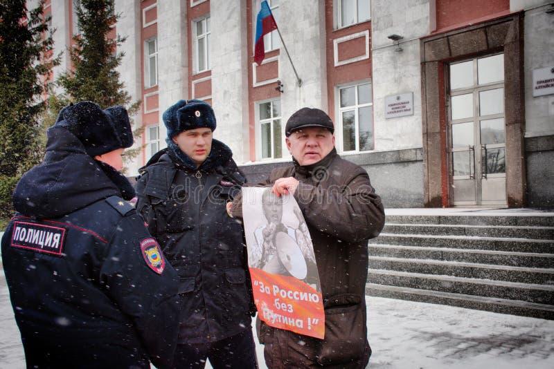 """Демонстрант стоит с плакатом """"Россией без Путин """" стоковое изображение"""