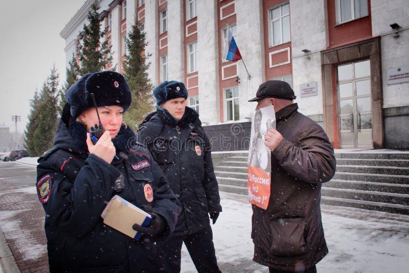"""Демонстрант стоит с плакатом """"Россией без Путин """" стоковое фото rf"""