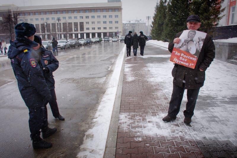 """Демонстрант стоит с плакатом """"Россией без Путин """" стоковые фото"""