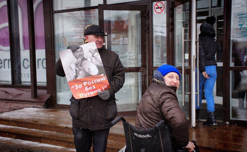 """Демонстрант стоит с плакатом """"Россией без Путин """" стоковые изображения rf"""