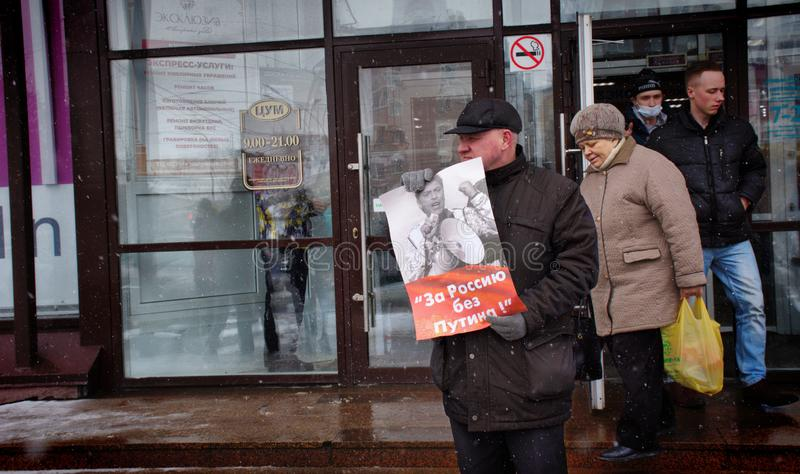 """Демонстрант стоит с плакатом """"Россией без Путин """" стоковая фотография"""