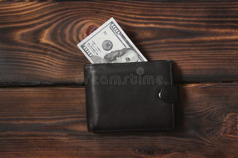 Деньги в вашем бумажнике Доллары на деревянной предпосылке стоковые фотографии rf