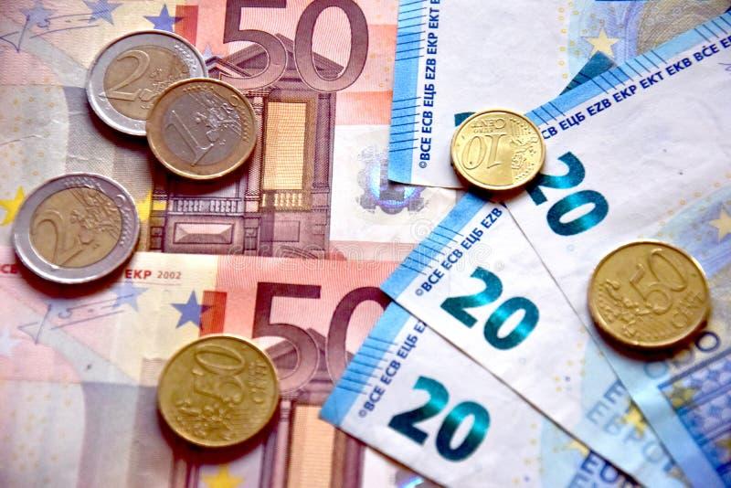 Деньги евро в банкнотах и монетках стоковое изображение