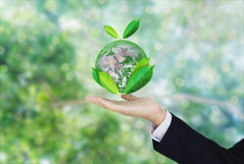 День земли, защищает мир с окружающей средой и дружественным к Эко делом Глобус удерживания руки бизнесмена с листьями Элемент th стоковая фотография rf