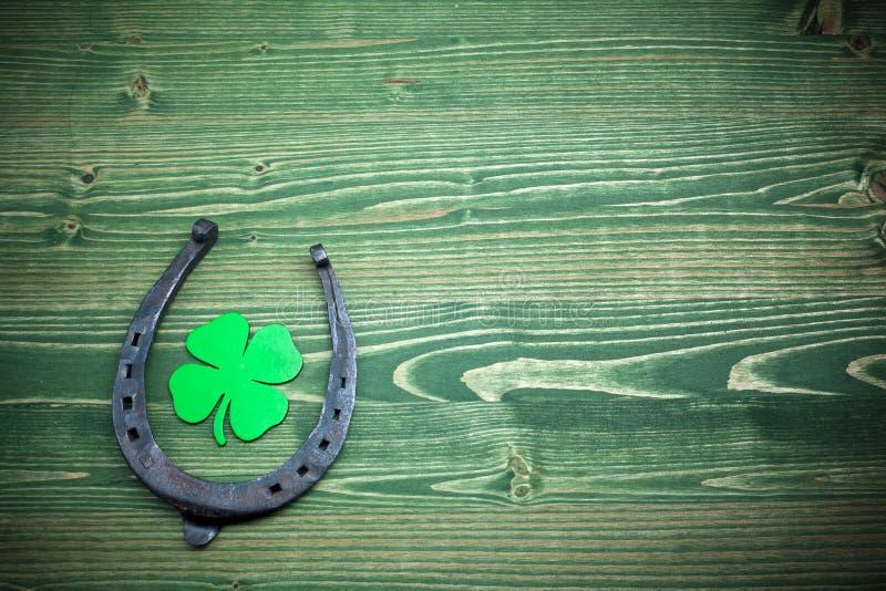 День St Patricks, удачливые шармы на зеленой деревянной предпосылке стоковое изображение rf