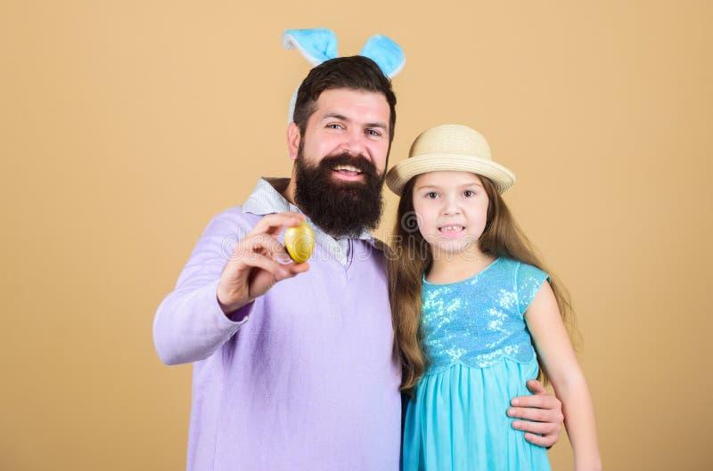 Деятельности при пасхи для целой семьи пасха счастливая Уши зайчика праздника длинные Дух пасхи Концепция традиции семьи папа стоковые фотографии rf