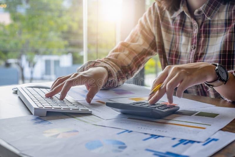 Деятельность ручки удерживания рук бизнесмена на калькуляторе и финансовой обработке документов Счет и сохраняя концепция стоковое изображение