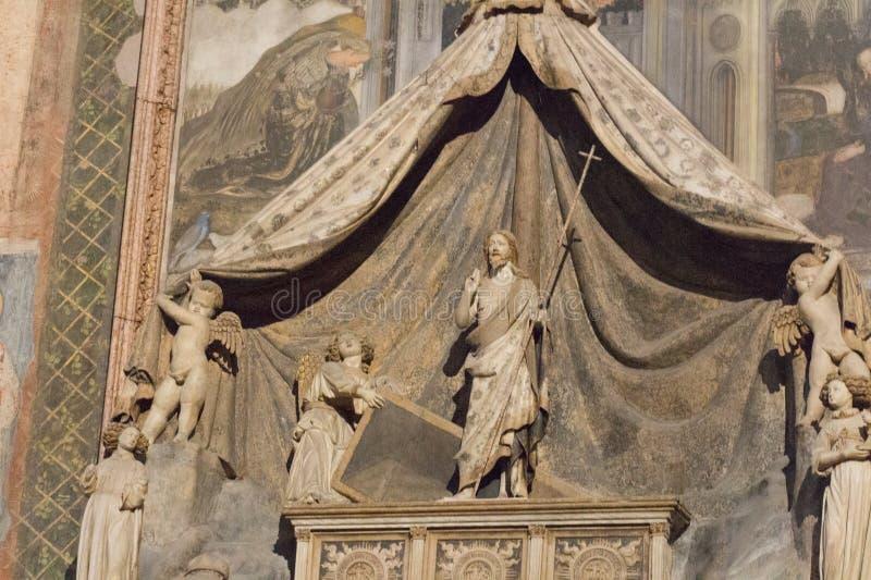 Детализированный взгляд мавзолея Brenzoni Флорентийск Nanni di Bartolo в верхней церков Сан Fermo Maggiore, Вероне, Италии стоковые изображения