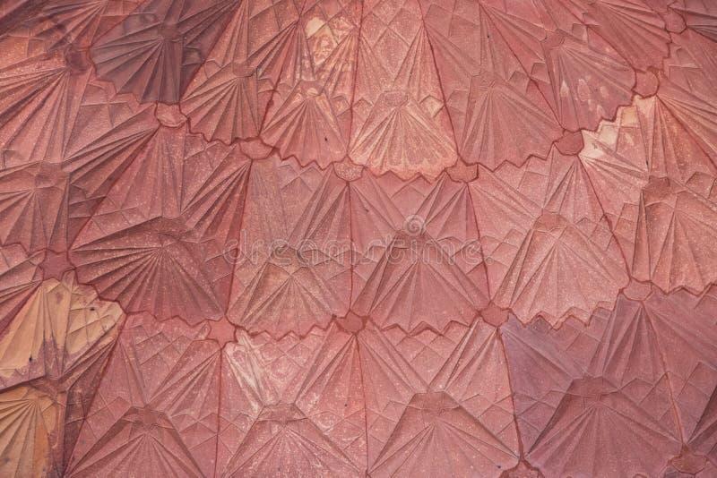 Детали сложного резного изображения крыши внутри комплекса Qutub Minar, Дели, Индии стоковое изображение