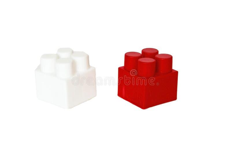 детали children& x27; конструктор s пластиковый на белой предпосылке Покрашенные кубики засорением стоковые фотографии rf