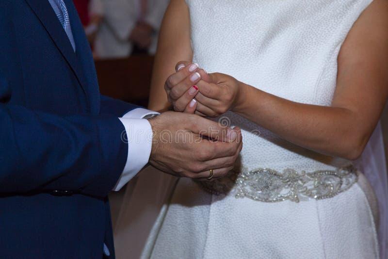 Деталь рук th жениха и невеста как раз в настоящее время во что стоковые фото