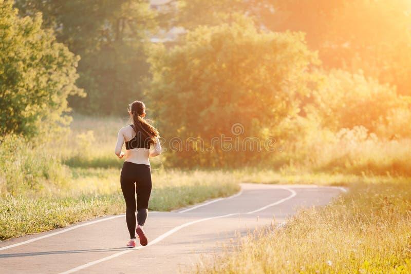 детеныши женщины парка идущие стоковое фото