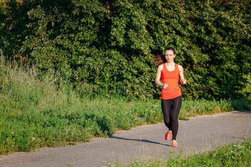детеныши женщины парка идущие стоковое фото rf