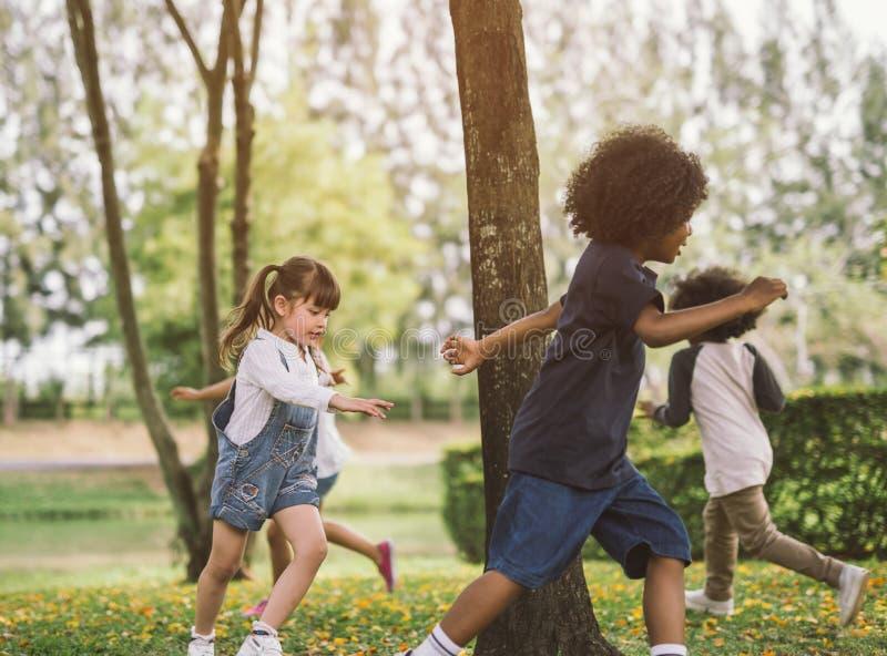 Дети играя outdoors с друзьями стоковые фотографии rf