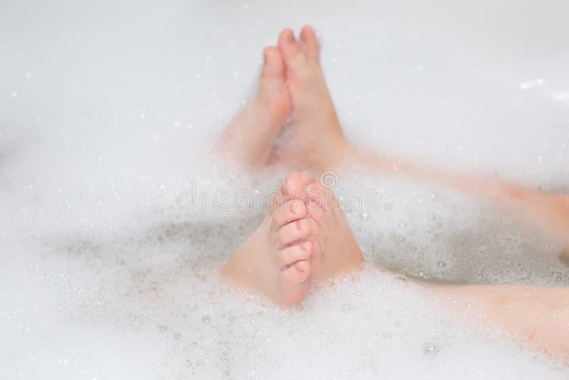 Дети имея жемчужную ванну Селективный фокус стоковые изображения rf