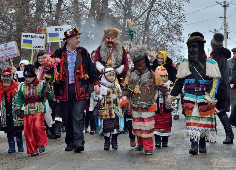 """Дети и взрослые одетые как мифологические персонажи идя на традиционные середины Pereberia """"для изменения масленицы одежд, Украин стоковые фото"""