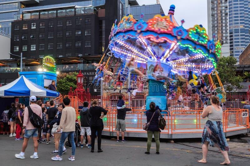 Дети на завихряясь езде carousel качания стоковые изображения