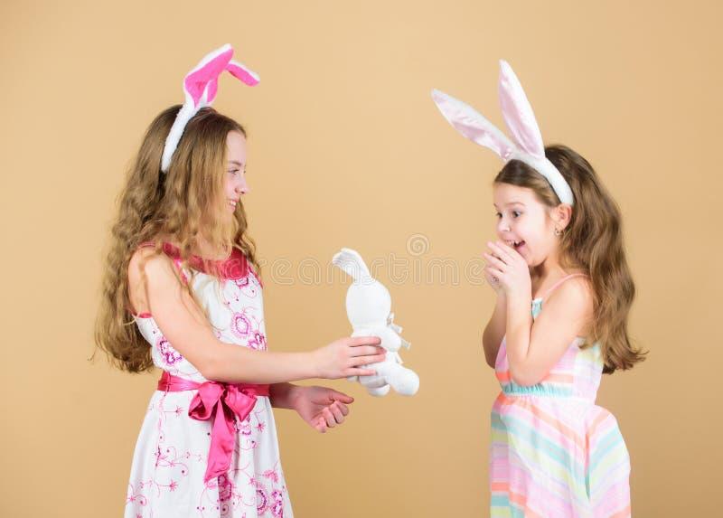 детство счастливое День пасхи Деятельности при пасхи для детей пасха счастливая Девушки зайчика праздника с длинными ушами зайчик стоковое фото
