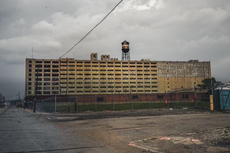 Детройт, Мичиган, 18-ое мая 2018: Взгляд к получившейся отказ фабрике Детройт автомобильной с водонапорной башней и камином стоковое фото