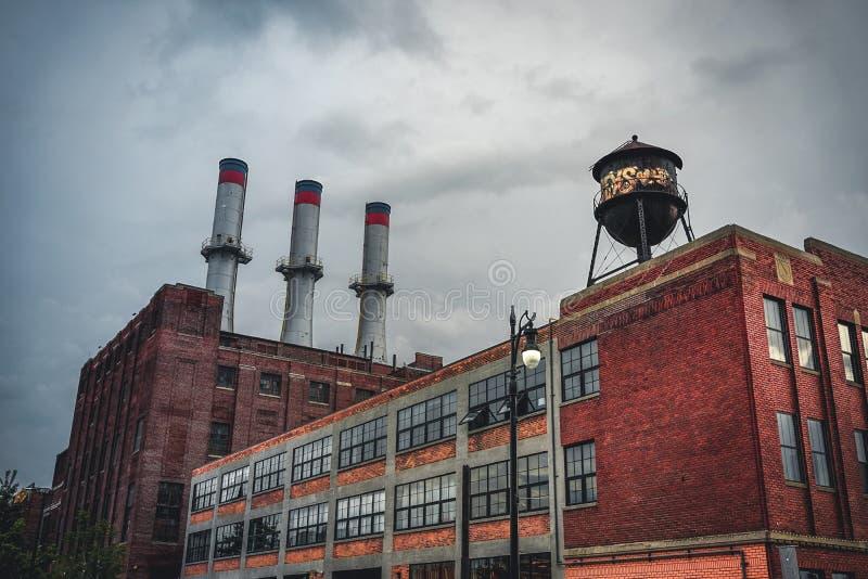 Детройт, Мичиган, 18-ое мая 2018: Взгляд к типичной фабрике Детройт автомобильной с водонапорной башней и камином стоковое фото