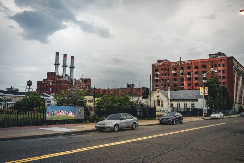 Детройт, Мичиган, 18-ое мая 2018: Взгляд к типичной фабрике Детройт автомобильной с водонапорной башней и камином стоковое изображение rf