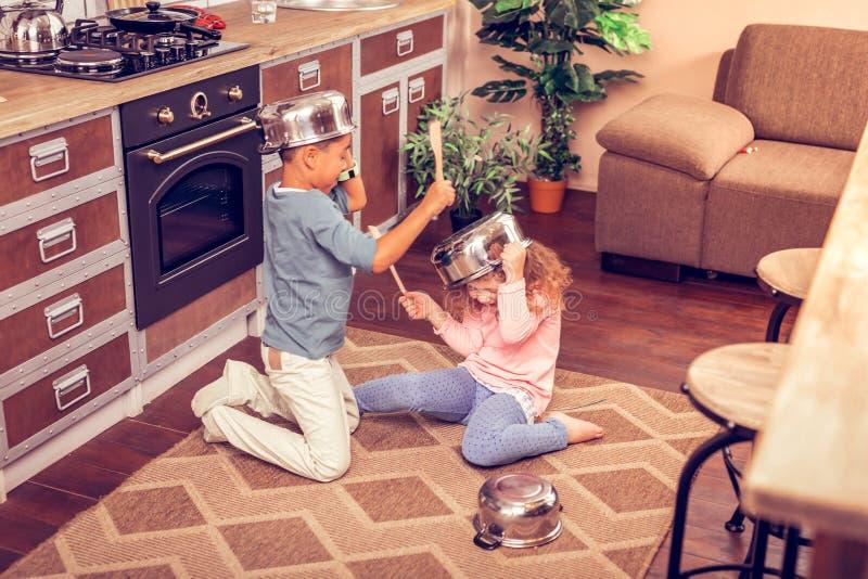 2 дет играя вместе с kitchenware дома стоковая фотография rf