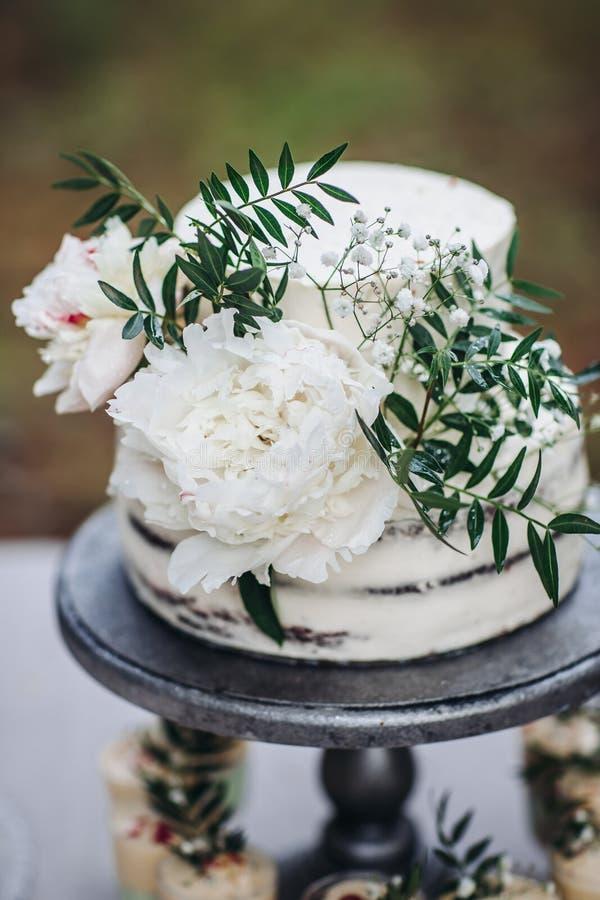 Деревенский свадебный пирог с белыми пионами стоковые изображения rf