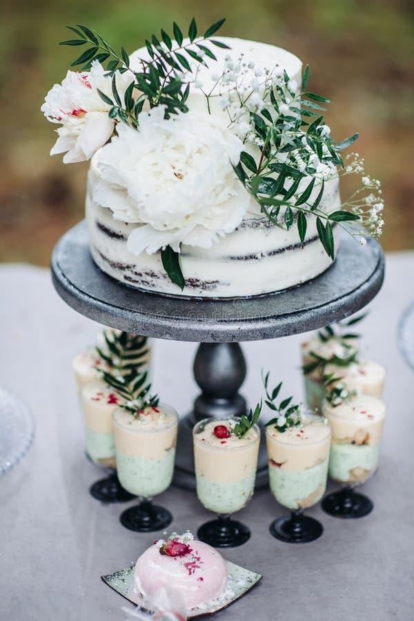 Деревенский свадебный пирог с белыми пионами стоковая фотография rf