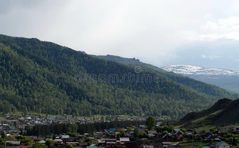 Деревня в горах Altai, Сибирь Onguday, Россия стоковое изображение rf