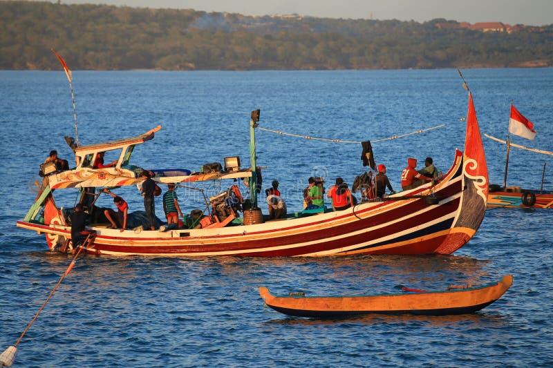 Деревянная рыбацкая лодка на порте в пляже Jimbaran, Бали стоковое изображение