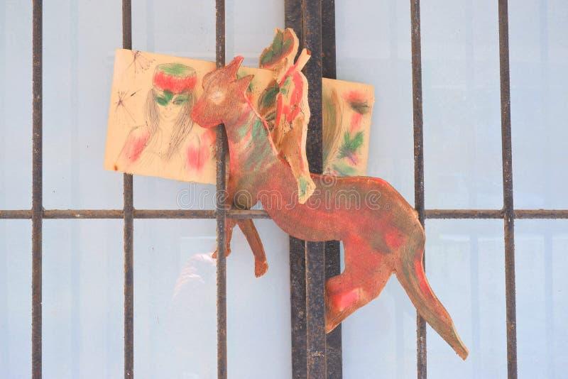 деревянные игрушки отрезали из переклейки, лошади и мальчика, рисуя на части девушек стороны переклейки, наивное искусство стоковые изображения