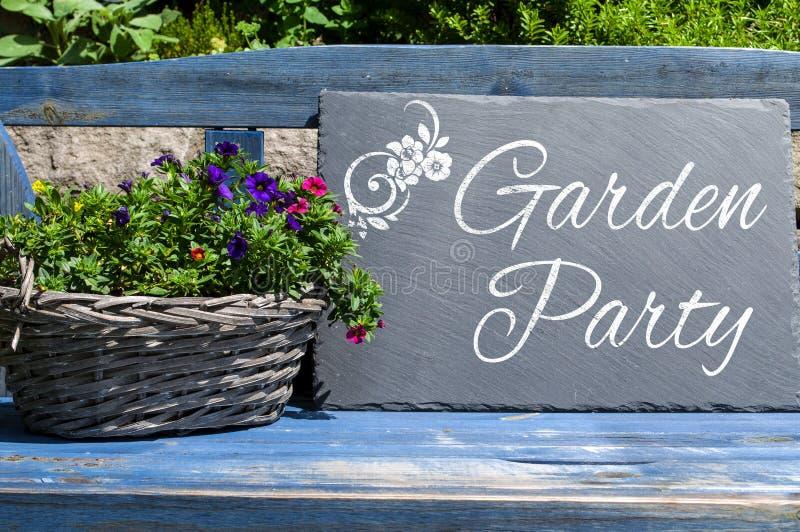 Деревянные картон и доска с приемом гостей в саду стоковые изображения