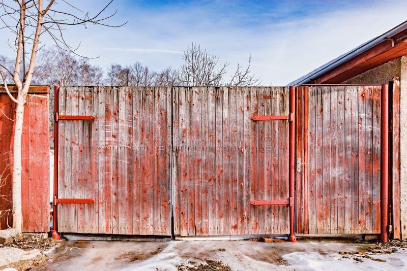 Деревянные старинные ворота стоковое фото