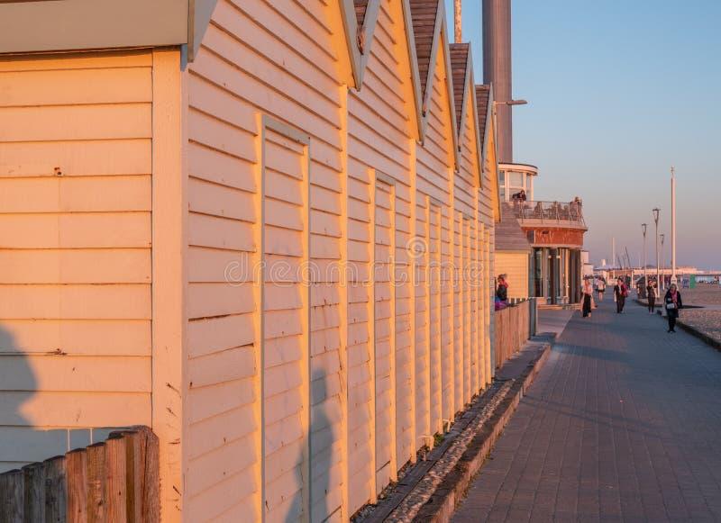Деревянные хижины на пляже Англии в вечере - БРАЙТОНЕ Брайтона, ВЕЛИКОБРИТАНИИ - 27-ОЕ ФЕВРАЛЯ 2019 стоковая фотография rf