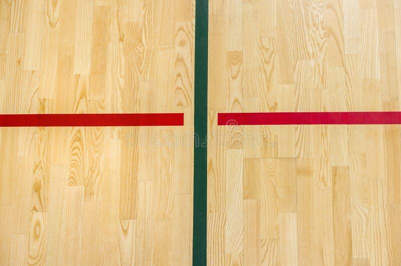 Деревянный бадминтон пола, futsal, гандбол, волейбол, футбол, суд футбола Деревянный пол залы спорт с красными линиями o маркиров стоковое фото