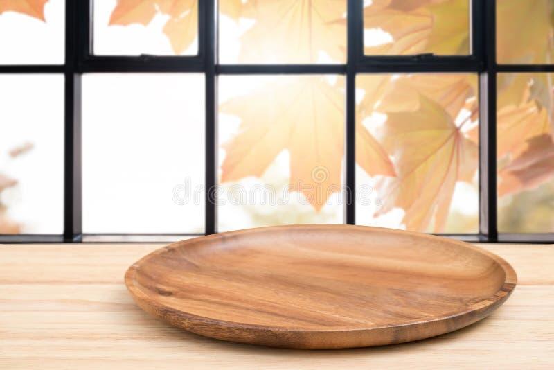 Деревянный стол перспективы и деревянный поднос на верхней части над предпосылкой нерезкости естественной, могут быть используемо стоковые изображения rf