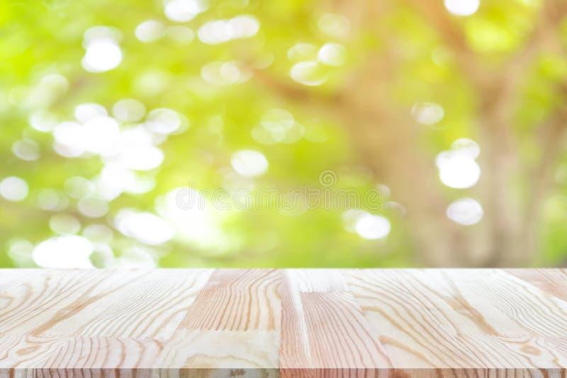 Деревянный стол перспективы на верхней части над предпосылкой нерезкости естественной, может быть используемой насмешкой вверх дл стоковое изображение rf