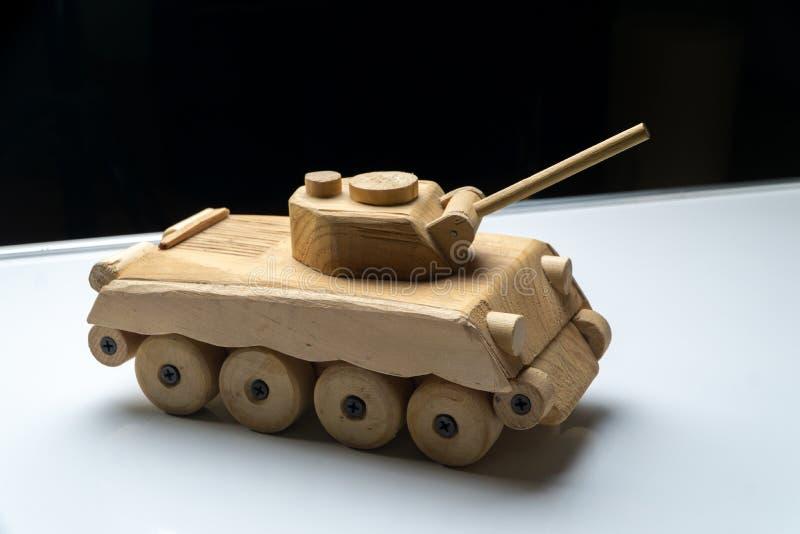 Деревянный танк на черной предпосылке Деревянная съемка студии танка игрушки стоковое фото rf