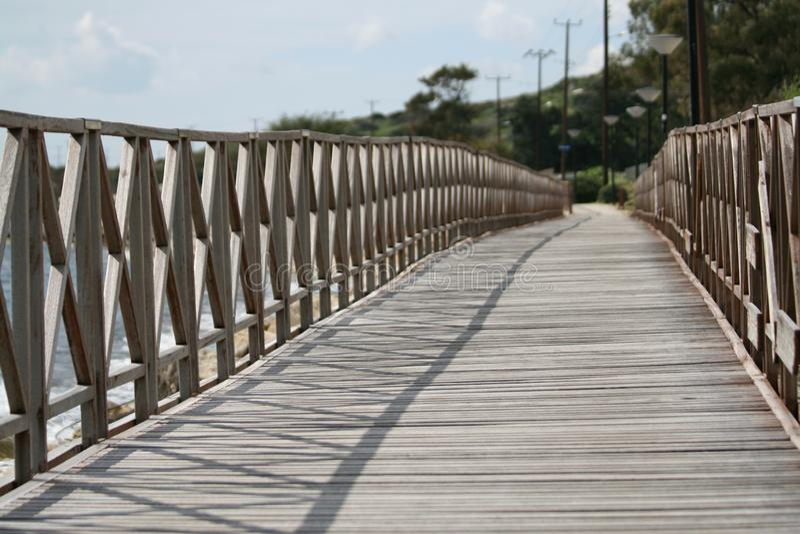 Деревянный footbridge морем стоковое фото rf