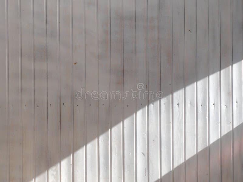 Деревянный weatherboard покрашенная белизна с широкой нашивкой солнечного света Предпосылка и текстура стоковые изображения