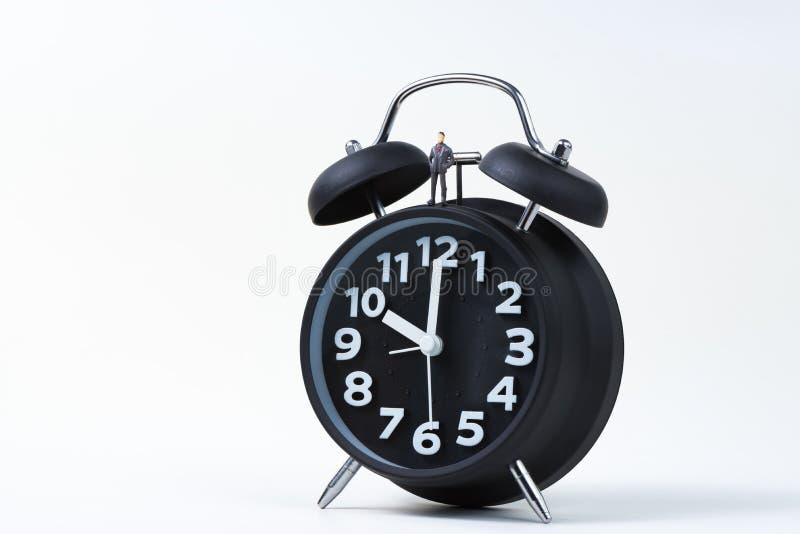 Диаграмма миниатюрный бизнесмен или небольшие люди стоя с будильником, временем для концепции дела финансовой стоковое изображение rf