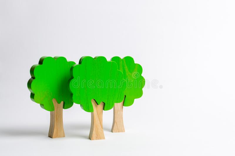 3 диаграммы игрушки деревянных деревьев на белой предпосылке Имитация леса Экологическая консервация Светлые планеты как смогите  стоковые изображения rf